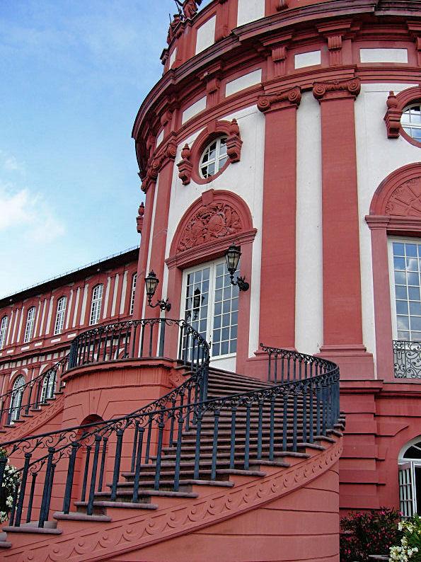 Eingang des Biebricher Schlosses/> </p> <p>Die Treppe zum Kurf�rstlichen Schloss in Biebrich.</p> <p><img src=