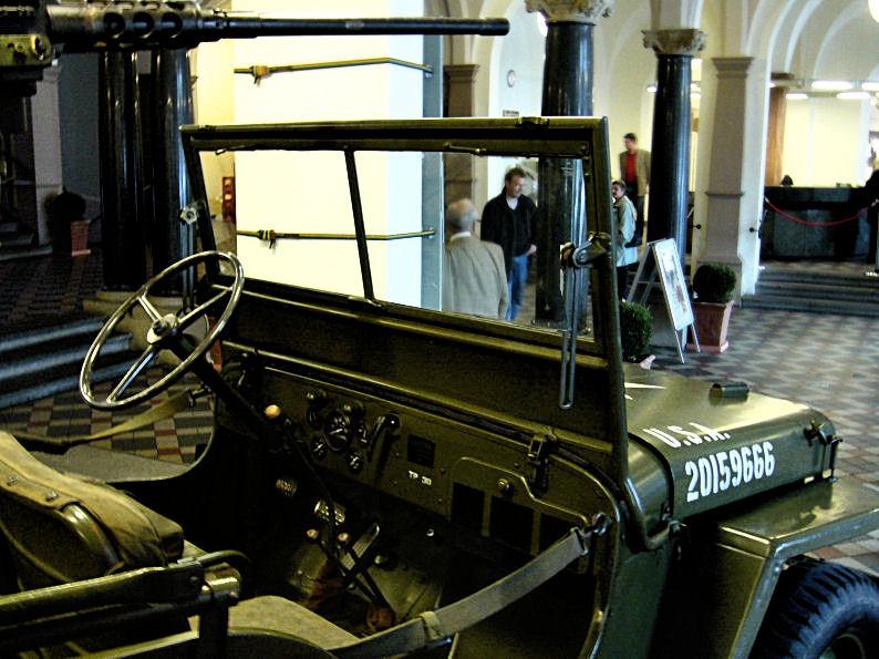 Jeep im Wiesbadener Rathaus