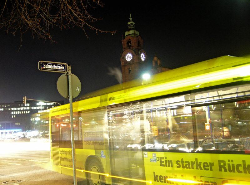 EsWe bus in Wiesbaden, bei Nacht